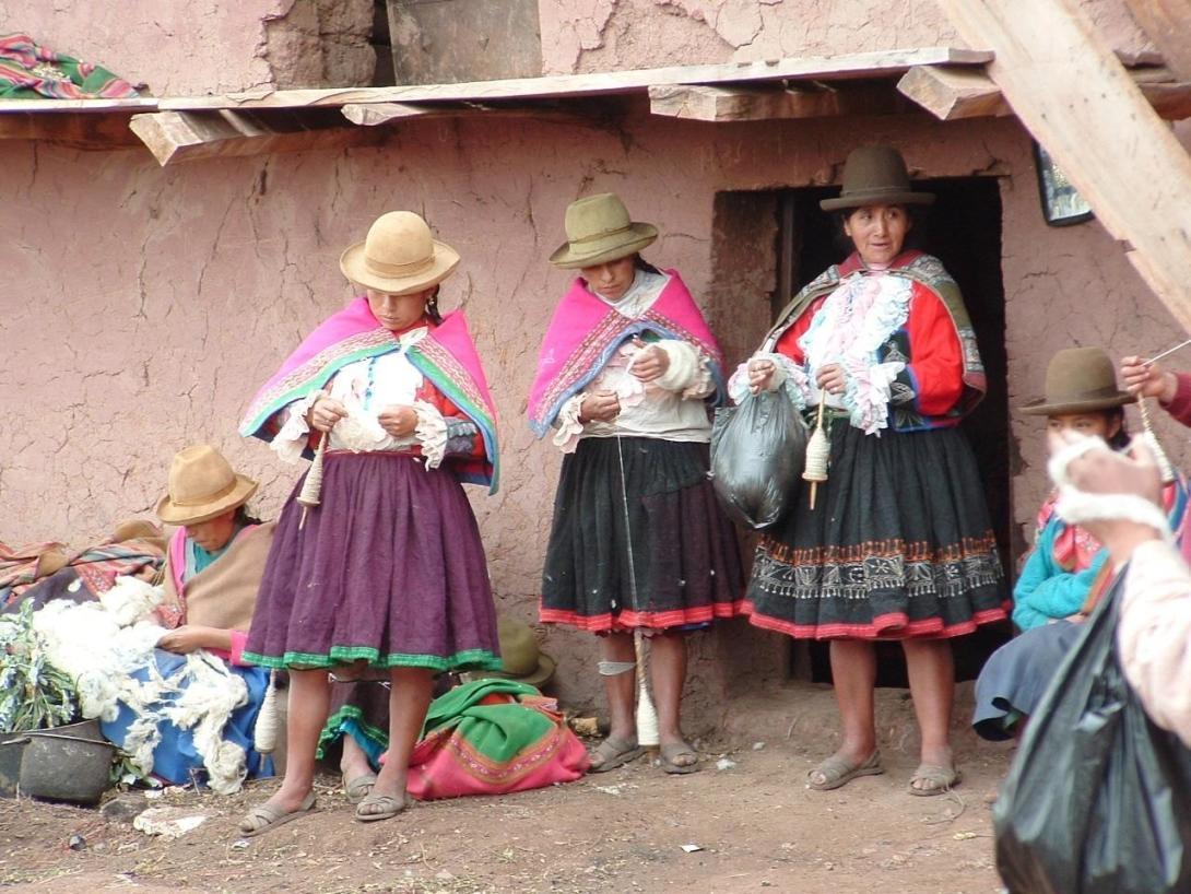 南米ペルーのクスコの街角で見かけた現地人女性たち
